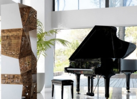 Bild_2_Riddled Totem_Highboard mit Piano im Penthouse_presented by WHOSPERFECT.jpg